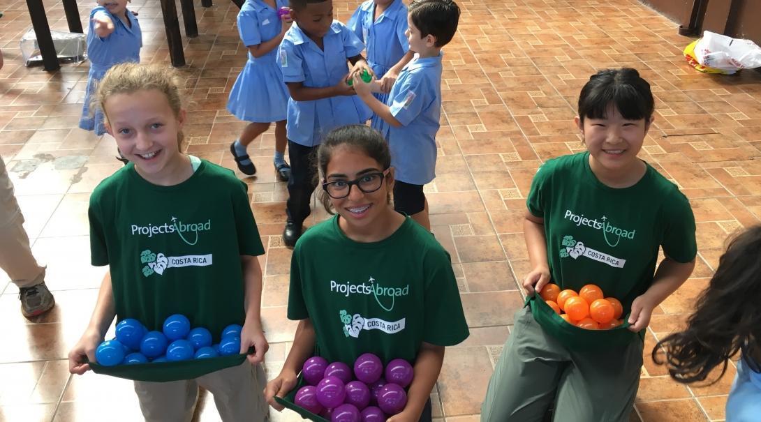Voluntarios menores de edad preparan un juego para los pequeños durante su Especial Junior.